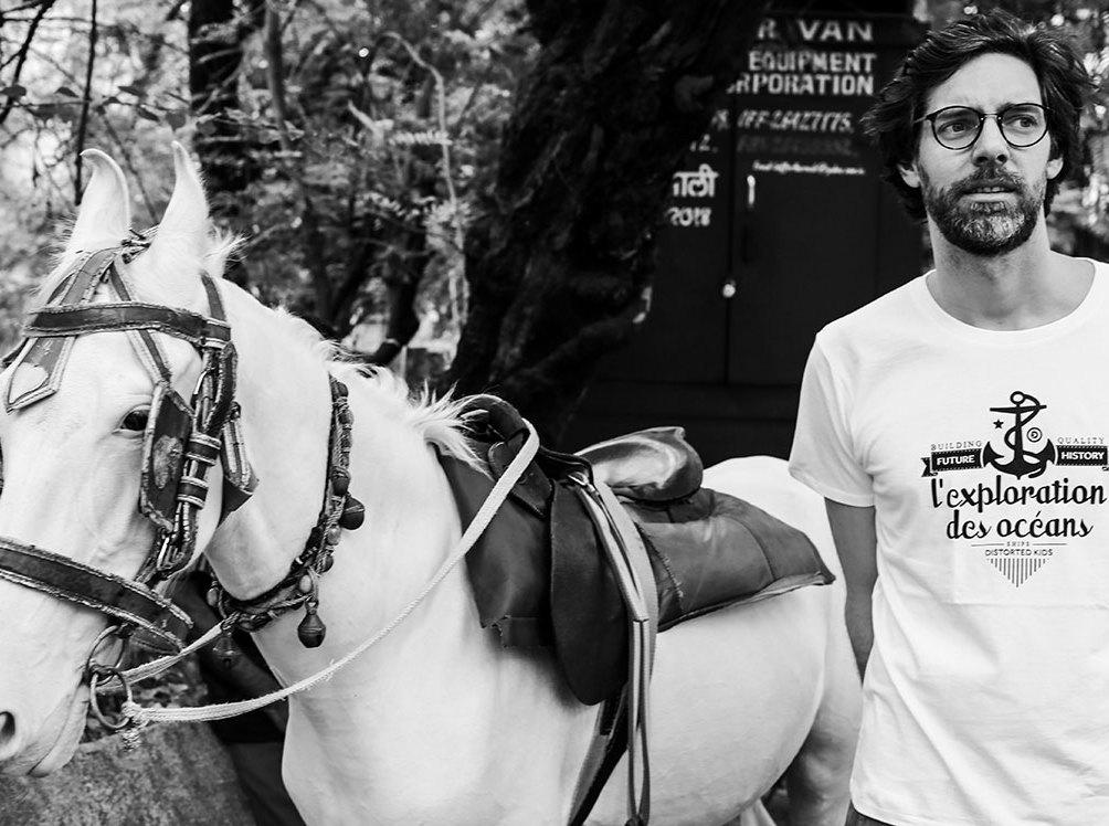 Martin och en häst funderar över fotbollens lockelser