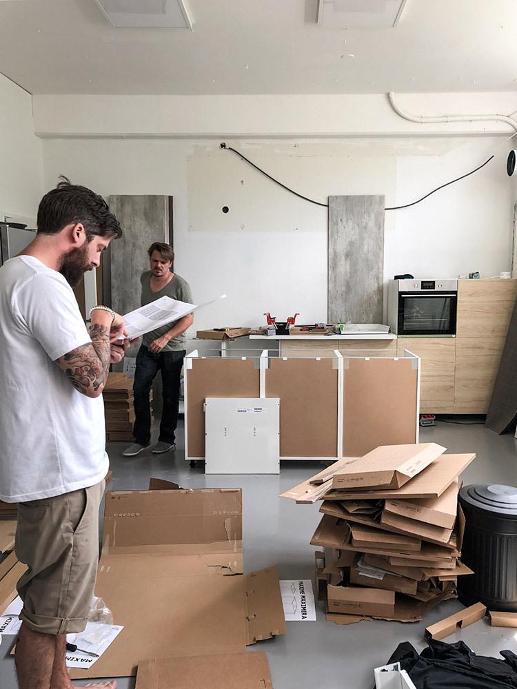 Två män bygger ihop ett IKEA-kök