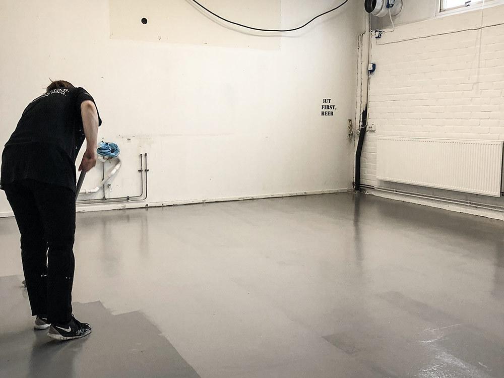 Tina målar golvet i köket grått