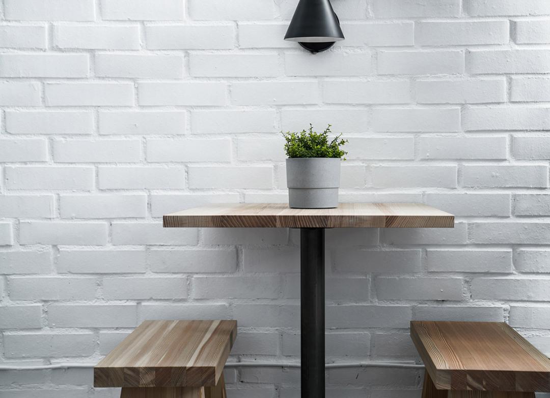Matsalsmöbler izakaya stil mot vit tegelvägg