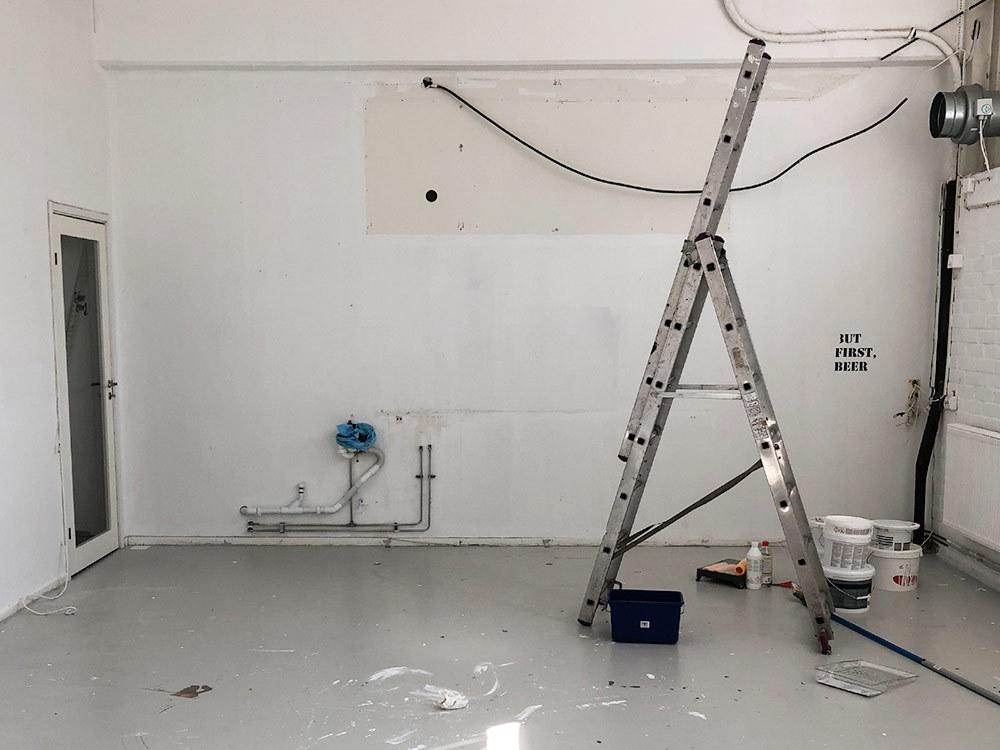 Renovering stege och vita omålade väggar