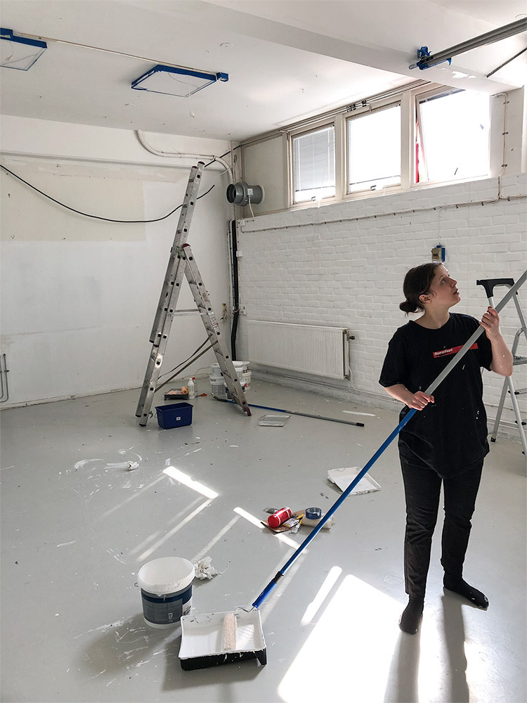 Tina målar om i vårt blivande studiokök