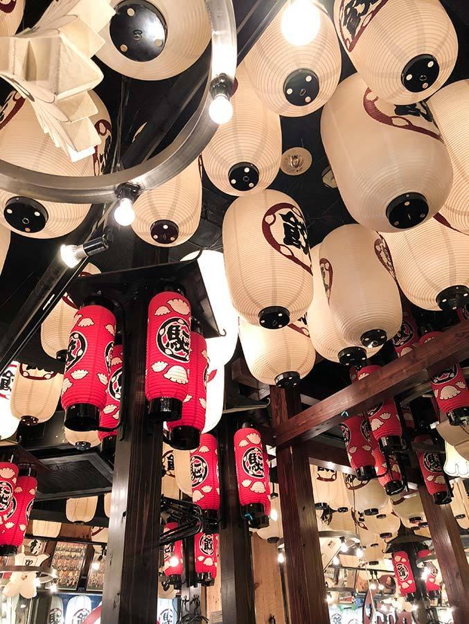 Rislampor i tak på restaurang i Tokyo