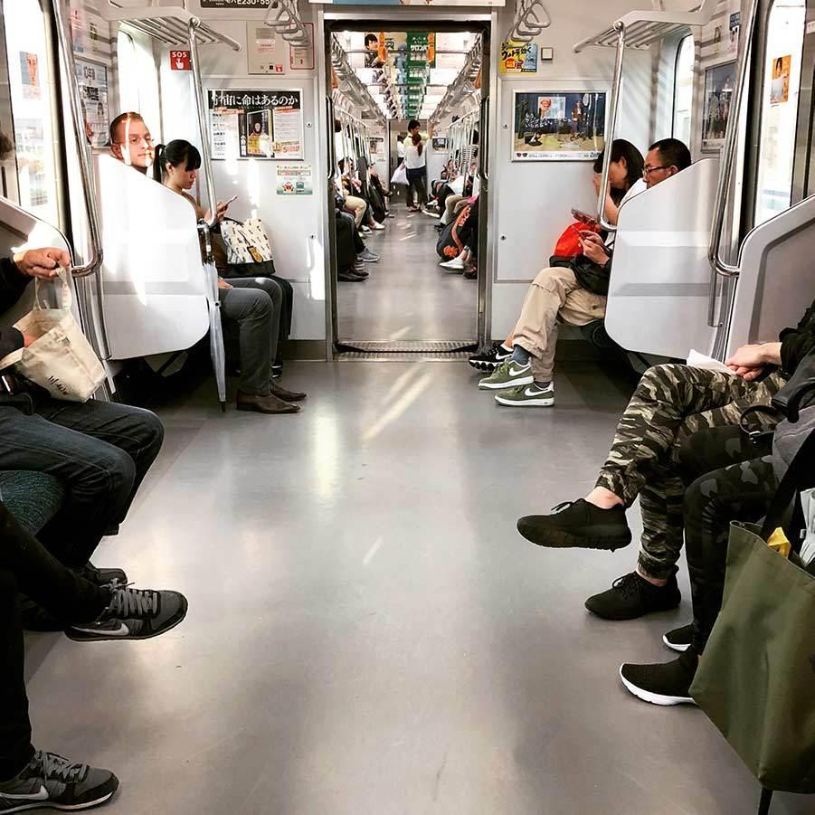 Bild inifrån tunnelbanan i Tokyo