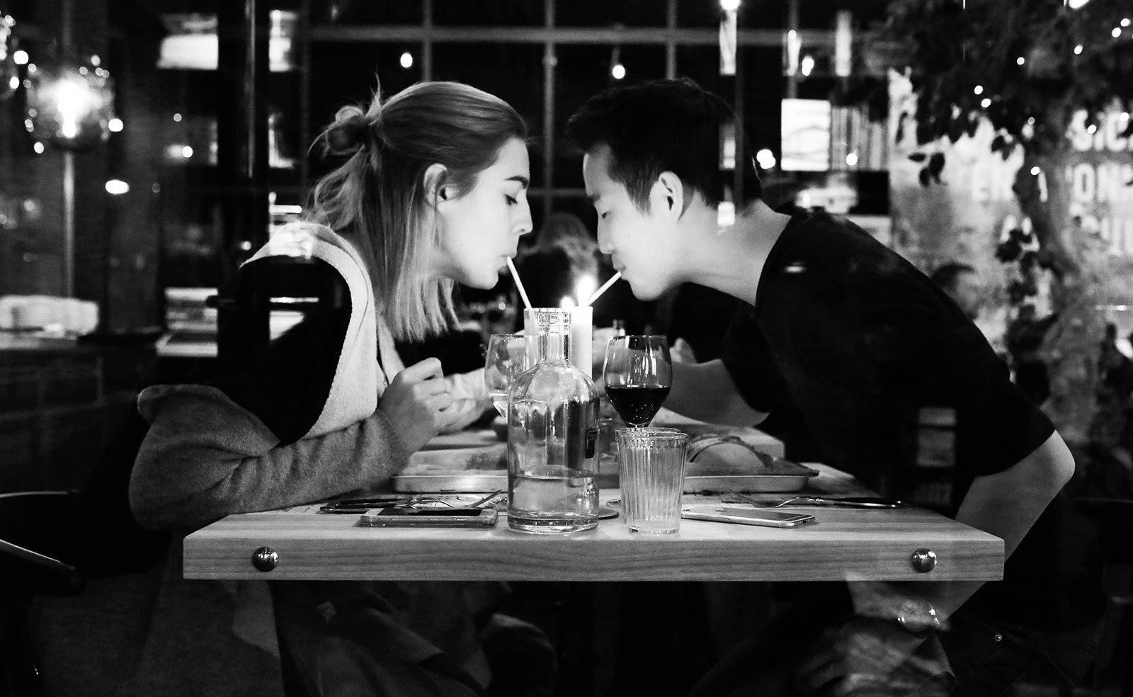 Findus Social Diner - Matgäster på restaurang ett par som dricker milkshake tillsammans