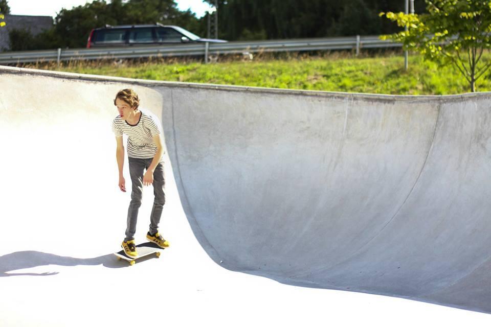 Oskar Havsvik åker skateboard i en skatepark