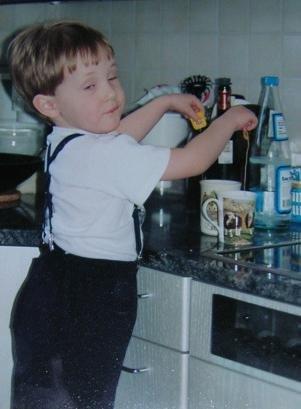 En ung Oskar Havsvik kokar te