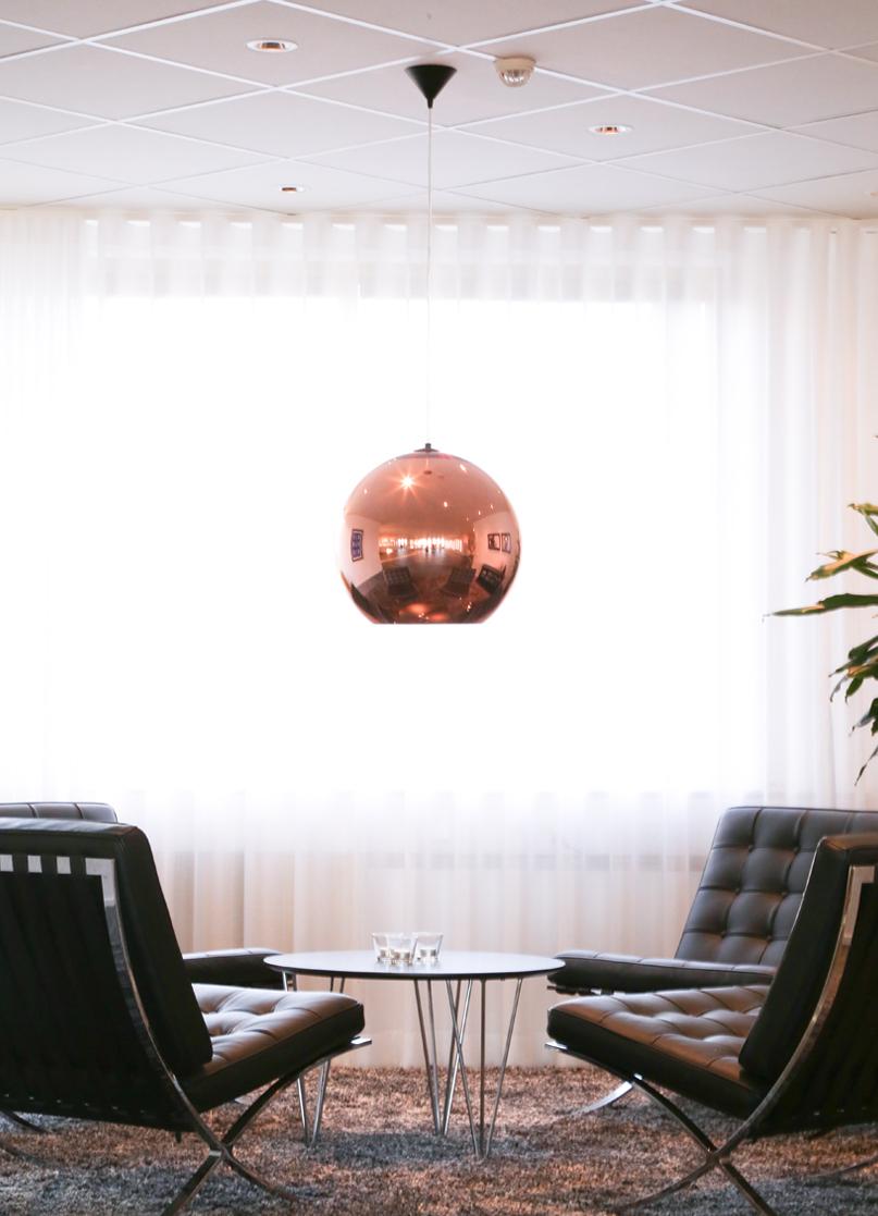 Scandinavian Cosmetics kontor - barcelonafåtöljer och lampa i koppar