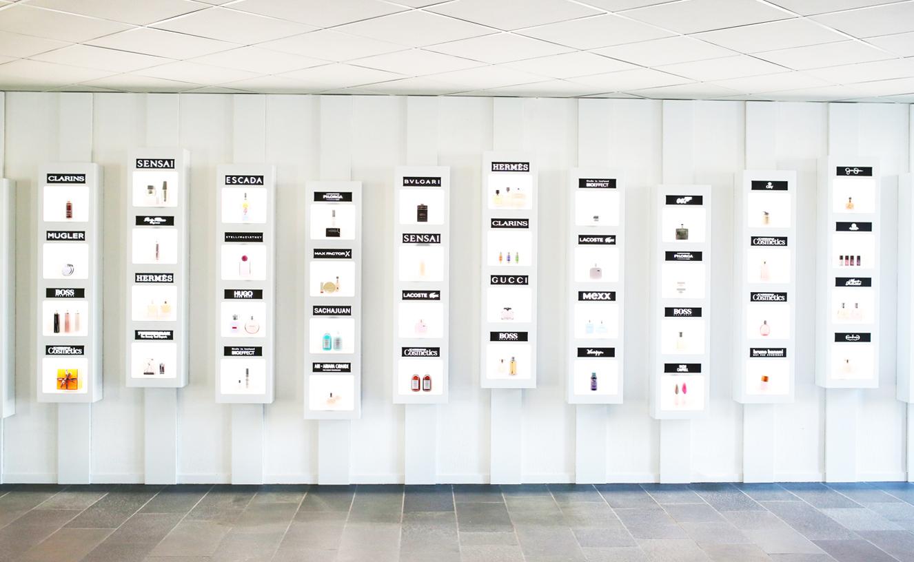 Scandinavian Cosmetics kontor - produktvägg med produkter från deras varumärken