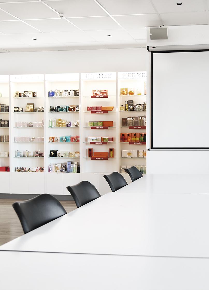 Scandinavian Cosmetics kontorsdesign - utbildningsrum med skönhetsprodukter
