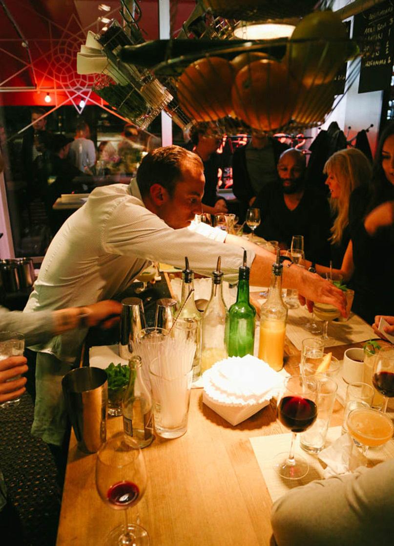 Vassa Eggen bartender serverar drinkar