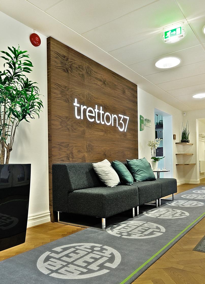 tretton37 kontorsdesign - soffa och logotyp i entré