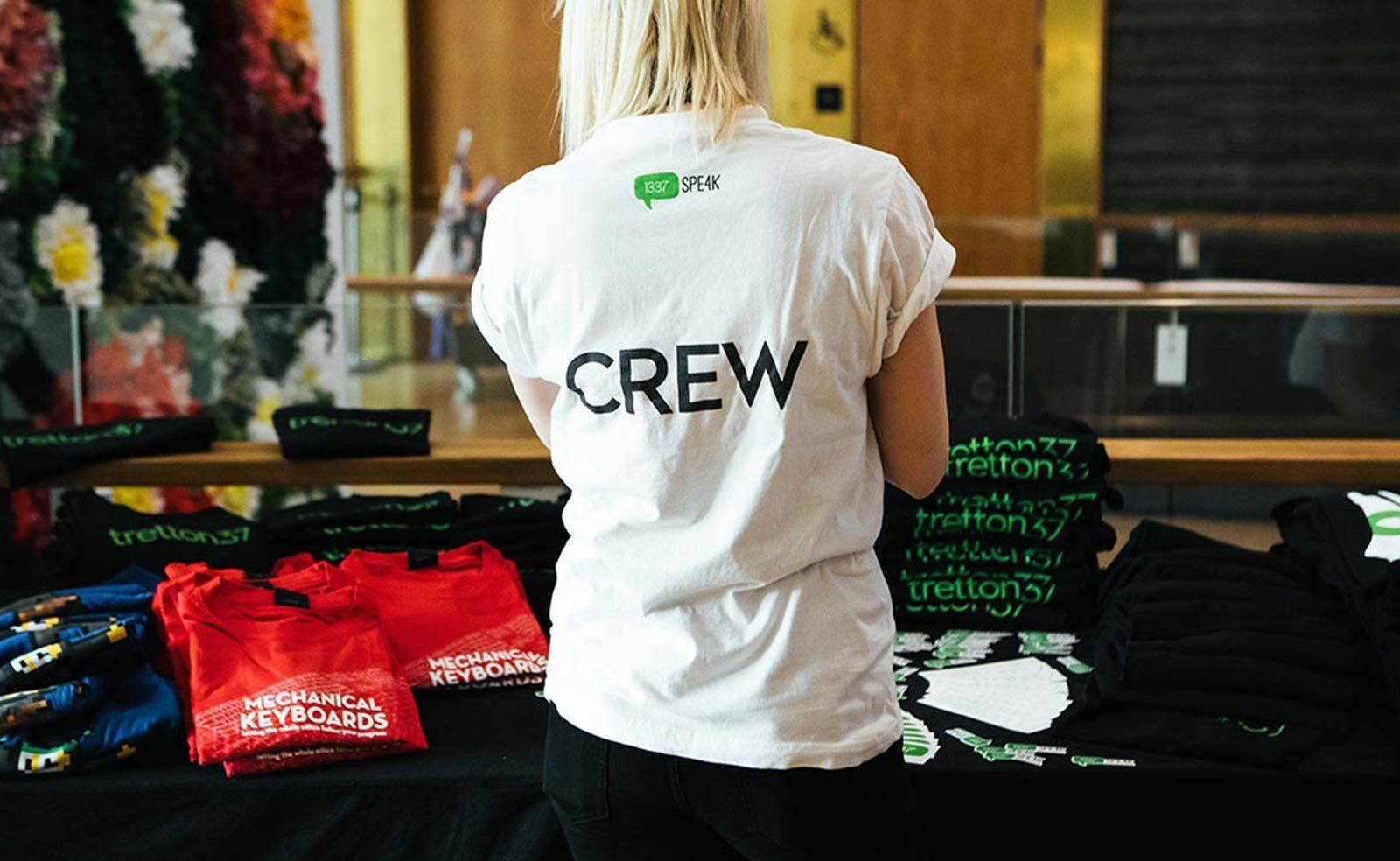 leetspeak it-konferens crew som hanterar merchandise för tretton37