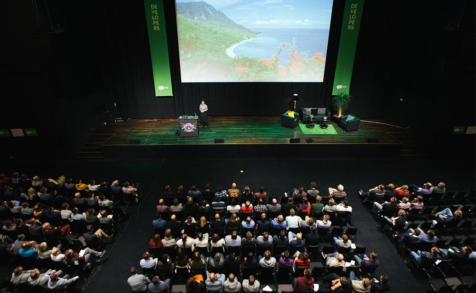 leetspeak it-konferens talare på scenen