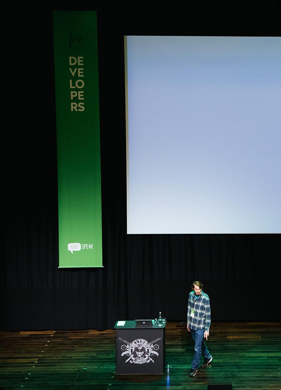 tretton37s konferens Leetspeak - talare på scenen